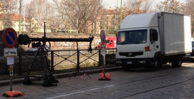 Da quattro giorni uno staff di circa venti persone staziona stabilmente nella centralissima Ripa di Porta Ticinese