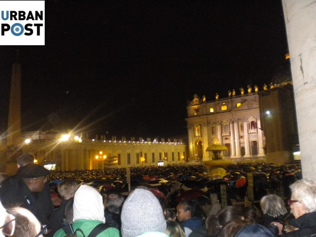folla piazza san pietro